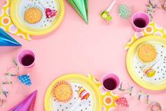 Aniversário da menina ou ajuste cor-de-rosa da tabela do partido Fotografia de Stock Royalty Free