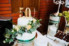 Aniversário do bolo em 50 na tabela fotografia de stock