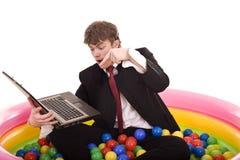 Aniversário do homem de negócios com portátil. Fotos de Stock Royalty Free