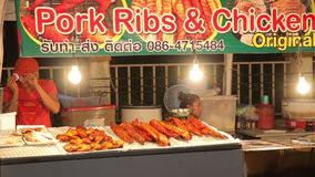 Aniversário do mercado da noite o rei de Tailândia Phuket, Tailândia 5 de dezembro de 2014 video estoque
