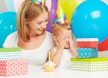 Aniversário mamã, filha do bebê, balões, bolo, presentes Imagens de Stock