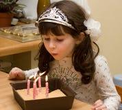 Aniversário - menina com luzes da vela Imagem de Stock Royalty Free