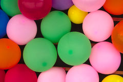 Aniversário multicolorido do teste padrão da surpresa da decoração do fundo dos balões Foto de Stock