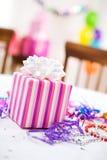 Aniversário: Presente na festa de anos da menina Fotografia de Stock