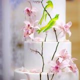 Aniversario tradicional/casarse la torta de múltiples capas con las flores Foto de archivo
