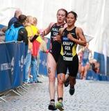 Anja Knapp och Lucy Hall spring i triathlonkonkurrensen Royaltyfria Foton