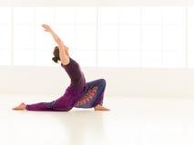 Anjaneyasana瑜伽姿势 免版税库存图片