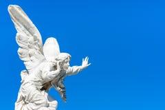 Anjo bonito em um céu azul claro fotografia de stock