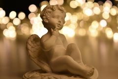 Anjo branco em luzes douradas imagem de stock royalty free