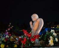 Anjo colorido da cena da noite que reza sobre um túmulo imagens de stock royalty free