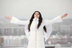Anjo com as mãos levantadas que olham acima Fotografia de Stock Royalty Free
