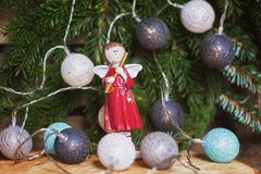 Anjo com flauta na frente de um ramo do Natal decorado com c Imagem de Stock