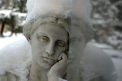 Anjo com a neve que pensa aproximadamente absolutamente com reflexão Imagens de Stock