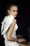 Anjo com um portátil Fotos de Stock Royalty Free