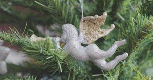 Anjo da decoração do Natal nos ramos de uma árvore de Natal filme