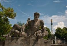 Anjo da paz em Munich com uma estátua grande no primeiro plano imagens de stock royalty free