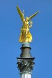 Anjo da paz na parte superior do monumento de Friedensengel em Munich, Alemanha Fotos de Stock