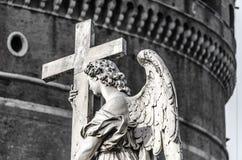 Anjo de Angelo do ` de Ponte Sant com cruz Foto de Stock Royalty Free