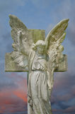 Anjo de encontro ao céu tormentoso Fotografia de Stock