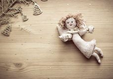 Anjo de linho, sinos dourados e estrelas no fundo de madeira fotografia de stock royalty free