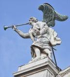 Anjo de pedra com asas e a trombeta de bronze Fotos de Stock