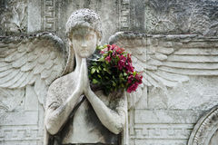 Anjo de pedra com flores Imagem de Stock