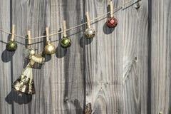 Anjo de suspensão do Natal e cerca das bolas Foto de Stock