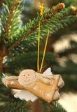 Anjo decorativo do vôo na árvore de Natal Fotografia de Stock