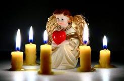 Anjo do azevinho com coração imagens de stock