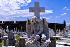 Anjo do cemitério com asas murchos foto de stock
