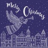Anjo do Feliz Natal com voo do chifre acima da cidade da noite Fotografia de Stock Royalty Free