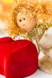 Anjo do Natal e coração vermelho de veludo imagem de stock royalty free