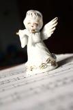 Anjo do Natal que joga a flauta fotografia de stock