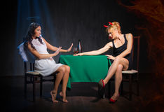 Anjo e diabo com vidro de aguardente Foto de Stock Royalty Free
