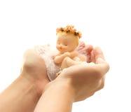 Anjo nas mãos fêmeas foto de stock royalty free
