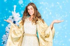 Anjo tradicional do Natal na frente da árvore Imagens de Stock Royalty Free