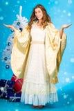 Anjo tradicional do Natal na frente da árvore Imagem de Stock