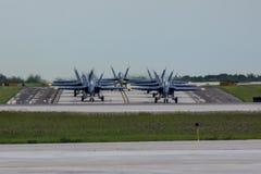 Anjos de azuis marinhos dos E.U. que Taxiing na formação fora da pista de decolagem em Milwaukee Fotos de Stock Royalty Free