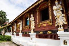 Anjos de The Guardian com templo tailandês imagem de stock