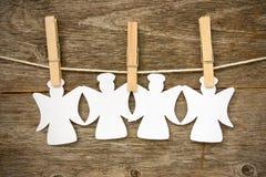 Anjos de papel que penduram na corda Fotografia de Stock