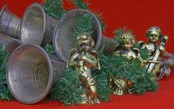 Anjos e chifres que fazem a música no fundo vermelho Fotos de Stock Royalty Free