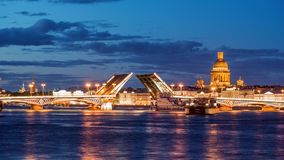 Ankündigungs-Brücke, die Zugbrücke, die Brücke auf dem Fluss Neva, St Petersburg, Russland stock footage