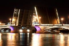 Ankündigungsbrücke in der Nacht Stockbild