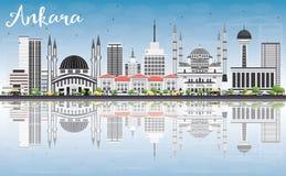 Ankara linia horyzontu z Szarymi budynkami, niebieskim niebem i odbiciami, Zdjęcie Royalty Free