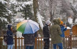 Ankara/Turkiet-December 06 2019: Folket tycker om att snöa, och ta fotoet i Kugulu parkera arkivbilder