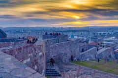 Ankara/Turkiet-Februari 02 2019: Cityscapesikt från den Ankara slotten i solnedgången och folket som tycker om på överkanten av s royaltyfri bild