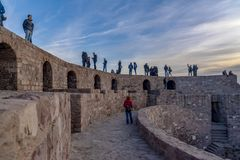 Ankara/Turkiet-Februari 02 2019: Folk som tycker om på överkanten av den Ankara slotten royaltyfria foton