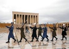 ANKARA TURKIET - mars 10, 2017: Soldater som marscherar på Anitkabir Arkivbilder