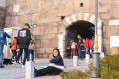 Ankara/Turkije-Februari 02 2019: De straatmusicus presteert in de ingang van het Kasteel van Ankara royalty-vrije stock foto's
