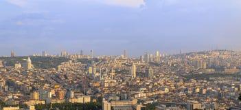 Ankara/Turkije-Juni 16 2019: De panoramische mening van Ankara met de Moskee en Sheraton Hotel van Kocatepe in Cankaya stock foto's